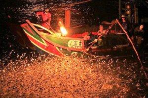 شکار ماهی با استفاده از آتش!! + عکس