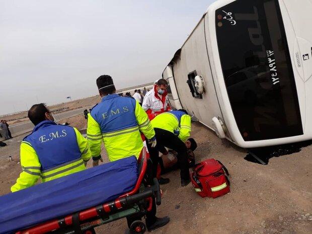 برخورد اتوبوس با گاردریل در جاده تهران-قم/ ۱۷ نفر مصدوم شدند