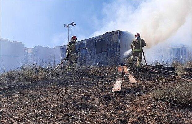 مهار آتش سوزی علفهای خشک در محله شاهین شمالی