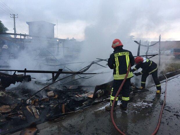 مهار زبانههای آتش در کارگاه زغال سازی اهواز با تلاش آتشنشانان